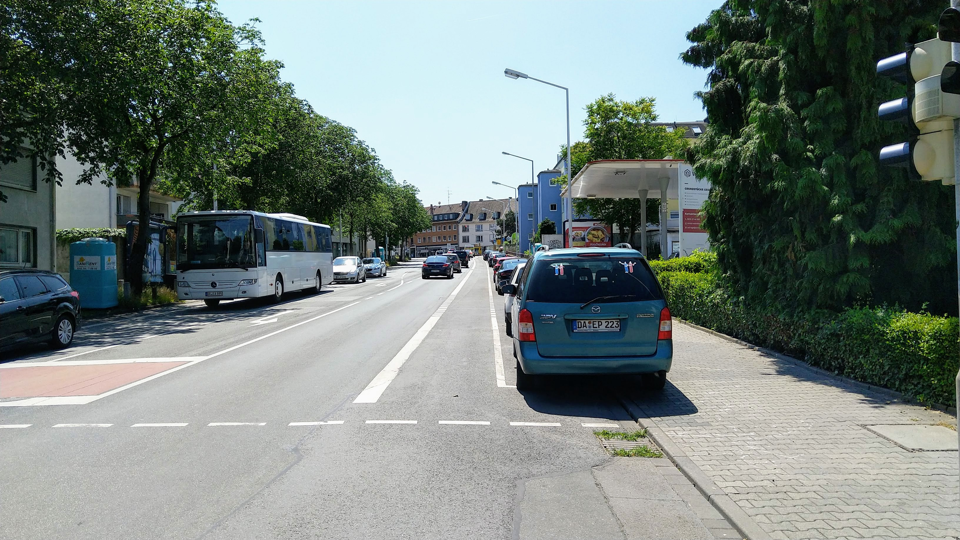 Teichhausstraße: Radfahrstreifen im Gefahrenbereich